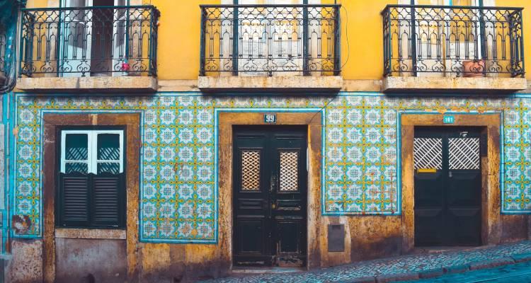 Fachada de um edifício antigo em Lisboa